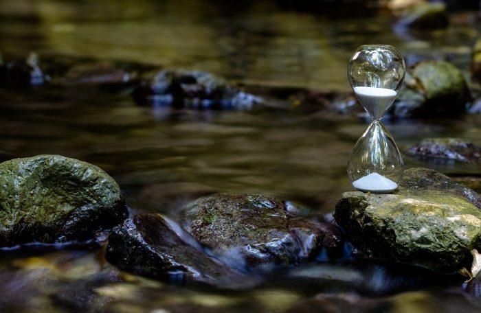 Fließendes Wasser und Sanduhr